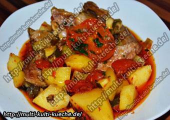 Türkische Güvec - Fleisch Eintopf in Tontopf