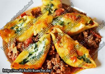 Conchiglie mit Spinat Füllung auf Bolognese Sauce