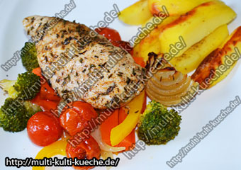 Hähnchenbrust auf buntem Gemüse