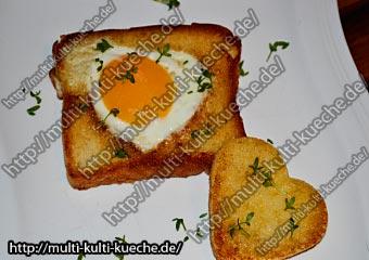 Knuspriger Toastbrot mit Spiegelei Herz