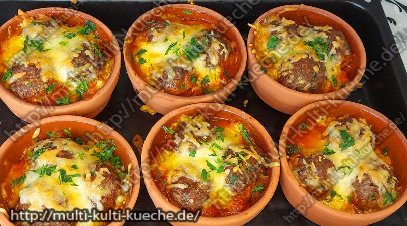 Köfte in Tomatensoße mit Käse überbacken